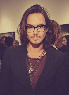 Tyler Blackburn of Pretty Little Liars as Caleb ,looks like a young Johnny Depp! Tyler Blackburn, Hipster Glasses, Mens Glasses, Hipster Guys, Pll, Pretty Little Liars, Beautiful Men, Beautiful People, Hello Gorgeous