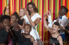 米ホワイトハウス(White House)開催された米政府の芸術・人文科学委員会(President's Committee on the Arts and the Humanities、PCAH)主催の「ターンアラウンド・アーツ・タレントショー(Turnaround Arts Talent Show)」で、子どもたちとダンスをするミシェル・オバマ(Michelle Obama、中央)米大統領夫人(2014年5月20日撮影)。(c)AFP/Jim WATSON ▼21May2014AFP|ホワイトハウスで子どもの「タレントショー」、著名人ら参加 http://www.afpbb.com/articles/-/3015452 #Turnaround_Arts_Talent_Show #Michelle_Obama #White_House