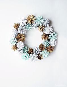 DIY Christmas wreath / Joulukranssi kävyistä