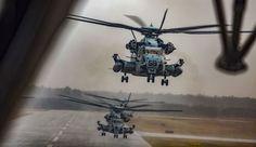 """Múltiples corceles estadounidenses CH-53E súper sementales despegan durante una demostración de """"Max Launch"""" en la estación aérea Marine Corps Air New River, 3 de febrero de 2017. La razón de esta espectacular exhibición de la aviación Marine Corps es celebrar un objetivo de mantenimiento rara vez alcanzado De tener todos los aviones operativos al mismo tiempo."""