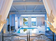 Such a beautiful Greek bedroom with a swimming pool! :)