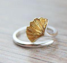 Verstellbarer Ring mit einem vergoldeten Gingko Blatt. Der Ring besteht au 925 Silber und ist verstellbar, so dass er sich dem Finger anpasst.