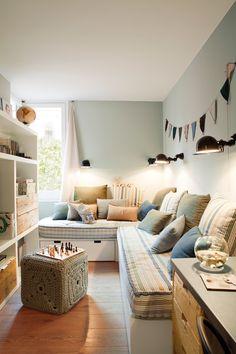 Habitación infantil con dos camas con cajones y ropa de cama a rayas azuladas. Librería y puf de ganchillo (381250)