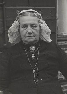 Juffrouw Roest in streekdracht uit Laren, juli 1952