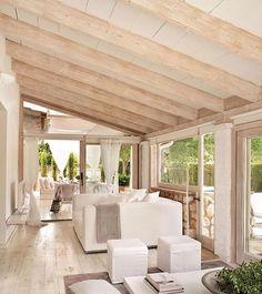 Las vigas en madera clara decapada son perfectas para crear ambientes rústicos actuales. A juego con el suelo, en este salón suman calidez sin restar luz. ¿Quieres ver más decoración de altura? En el link de la bio tienes una completísima galería de vigas  #elmueble #vigas #viga #beam #beams #madera #salon #livingroom #wood #techo #webelmueble