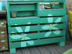 How to Make a Pallet Bar for Outside Entertainment Wood Pallet Bar, Diy Pallet Wall, Pallet Shed, Pallet Boards, Pallet Ideas, Outdoor Paving, Wooden Trough, Diy Mothers Day Gifts, Diy Bar