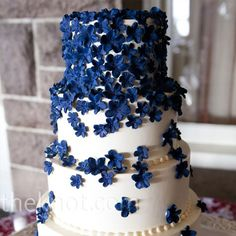 turtlesgiggle: this is a gorgeous wedding cake! Pretty in almost any color.