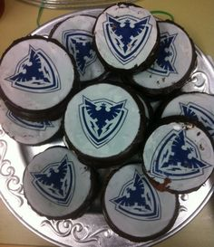 Wooloo | Des gâteaux en rondelle de hockey un peu amoché durant le transport!