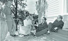 Pääministeri Urho Kekkonen perheineen virka- asunto Kesärannan terassilla Helsingin  Meilahdessa  kesällä 1952. Sylvi Kekkonen istuu tuolilla. Matti Kekkonen ja Taneli Kekkonen ovat asettuneet Kesärannan portaille.