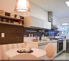 Cozinha com armários brancos e painel em madeira #kitchen #homedecor #cocina #decoração #apartamentodecorado #cozinhaplanejada #cozinhamoderna #interiordesign