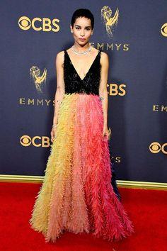 Zoe Kravitz apostou no colorido repleto de franjas para o tapete vermelho.