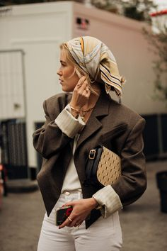 16 times the Paris street style set showed us how to dress for in-between weather - Vogue Australia Source by 2020 fashion week Ny Fashion Week, Paris Street Fashion, Seoul Fashion, Tokyo Fashion, Look Fashion, Classy Fashion, Fashion Shoes, Fashion Dresses, Fashion Jewelry