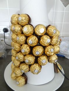 This Giant Ferrero rocher cake tower is the perfect alternative to a traditional cake. What inspired me to make this tower is that for my Birthday (yes, I am I planned to spend the day chilling… Ferrero Rocher Tree, Ferrero Rocher Bouquet, Ferrero Rocher Chocolates, Birthday Ideas, Birthday Gifts, Cake Tower, Candy Board, Snap Food, Xmas