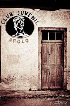 La fachada de Club Juvenil Apolo en San Jorge de Heres, Gozon, deja entrever que sus integrantes ya tan juveniles no seran o si, quien sabe.