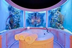 A tub surrounded by a salt water fish tank. oh what a masterful plan replace tub with hot tub and mine please Home Aquarium, Aquarium Design, Aquarium Fish Tank, Aquarium Ideas, Salt Water Fish, Salt And Water, Dream Bathrooms, Beautiful Bathrooms, Bath Surround