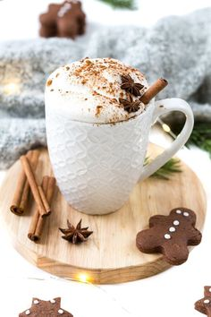 Gingerbread latte & the first snow Lebkuchen-Latte & der erste Schnee Perfect for cold winter days: a hot cup of gingerbread latte / Christmas / Christmas drinks / gingerbread / gingerbread Gingerbread Latte, Menu Dieta, Spice Cupcakes, Christmas Drinks, Christmas Christmas, Christmas Gingerbread, Vegetable Drinks, Fall Desserts, Coffee Recipes