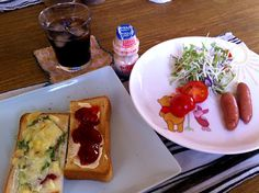 おはようございます。今日も、いい天気ですが、少し寒いー。今朝は、あれもこれも食べたい私に、ピッタリ。手作りイチゴジャムをたっぷり塗りましたー\(^o^)/さぁ、今日から、また1週間。元気にいきましょう。よい1日をー(^з^)-☆ - 8件のもぐもぐ - 欲張りトースト(チーズ  イチゴジャム)   サラダ   ウィンナー   ヤクルト   アイスコーヒー by 126kei