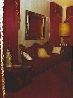 Graceland piano room 1977. This is the red decor Elvis & Linda Thompson remodeled Graceland with when Linda moved in with Elvis after his divorce. It remained this way until his death. Priscilla redecorated it in the white, blue & gold color scheme it was when she & Elvis were married before opening it to the public.