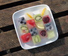 Happy ice cubes: geef je een feestje of wil je de karaf water op tafel een beetje opfleuren, maak dan deze ijsklontjes met een blaadje munt of basilicum