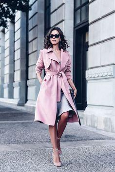 Розовый плащ – необходимая вещь для романтичного образа