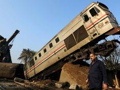 Homem caminha por vagões de trens envolvidos em acidente na manhã desta quinta-feira (11) no Egito (Foto: REUTERS/Mohamed Abd El Ghany)
