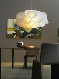 Albedo é um pendente que carrega em seu design a delicadeza do tecido e a poesia de uma flor em seu desabrochar. Com luz suave a peça que é lançamento na La Lampe fica perfeita em qualquer ambiente.