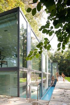 Govaert & Vanhoutte Architecten designed the elegant Villa Roces, a modern transparent home located in the middle of woods in Bruges, Belgium. A 50m long wall functions as a backdrop for the transparent volume and ensures a good level of privacy. I really love the pool design. narrow but saving space.