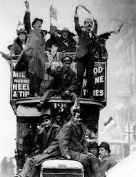 personas celebrando lo que podría ser el fin de la guerra