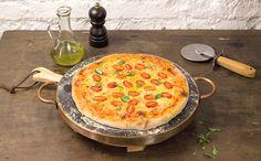 Olha a pizza feita em casa! Aprenda com a Rita Lobo a fazer a massa de pizza caseira.