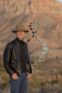 Wind Spinner Artist Lyman Whitaker with Double Helix - link to animated spinner designs. Metal Yard Art, Metal Art, Outdoor Sculpture, Sculpture Art, Garden Sculpture, Wind Spinners, Garden Spinners, Art Photography Portrait, Yard Sculptures