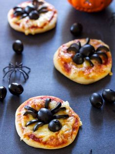 25 Spooky Halloween Food recipes and creative ideas for your Halloween parties…. 25 Spooky Halloween Food recipes and creative ideas for your Halloween parties. Sweet and savory Halloween recipes that everyone will love. Comida De Halloween Ideas, Creepy Halloween Food, Halloween Snacks For Kids, Diy Halloween Treats, Halloween Party Appetizers, Easy Snacks For Kids, Hallowen Food, Halloween Baking, Cheap Halloween