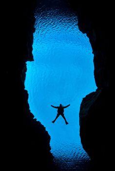 Mergulhador Alex Mustard fotografa divisão entre placas tectónicas na Islândia.