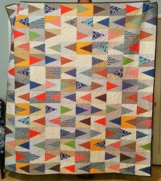 Sew E.: A Quilt for a Dude: Which Direction?the backgrounds are low volume neutrals and the triangles contrast beautifully! Love the color combo! Quilt Baby, Boy Quilts, Scrappy Quilts, Man Quilt, Quilt For Men, Quilting Projects, Quilting Designs, Art Quilting, Textiles