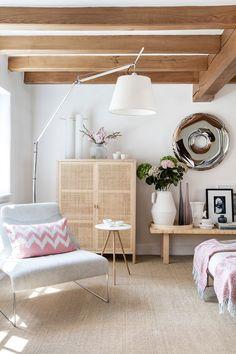 Designerul de interior Louise Holt a creat o armonie aparte între elementele arhitecturale recondiționate, vechi de 200 de ani, din...