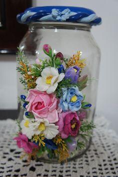 Vidro decorado com flores em biscuit várias cores.