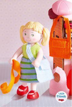 Little Friends – Feli - Die Modische. Feli zieht sich gerne um … heute in Rosa, morgen in Blau. Auch ihre Haare lassen sich leicht umstylen: Einfach eine neue Frisur aufstecken und schon haben die Kinder eine neue Puppenpersönlichkeit. (Artikelnummer 300519)