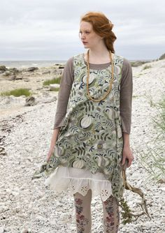"Wonderful woven tunic with beautiful cuts in the ""Sånglärka"" print. Sleeveless and airy with flap shape at the hem."