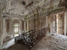 decaying mansion So beautiful.  It's already breathe taking in this photo. What more in real life. Zomg.