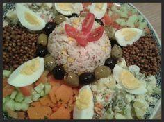 Ik noem dit een Marokkaanse feestsalade, omdat Marokkanen bij bezoek of feesten vaak als eerste gerecht een bord vol verschillende salades....