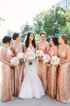 Must-See Rose Gold Brautjungfernkleider mit erröten Bouquets gepaart Must-See Rose Gold bridesmaid dresses paired with blush bouquets Gold Sparkle Bridesmaid Dress, Gold Brides Maid Dresses, Rose Gold Wedding Dress, Sparkly Bridesmaids, Gold Wedding Colors, Pink Bridesmaid Dresses, Red Wedding, Summer Wedding, Wedding Dresses