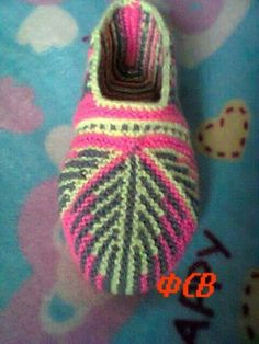 Knitted Slippers, Slipper Socks, Knitted Hats, Knitting Patterns, Crochet Patterns, Socks And Heels, Knitting Socks, Hobbies And Crafts, Sock Shoes