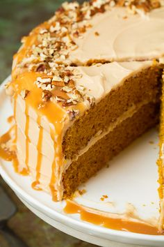 Every fall pumpkin cake is a must! Last year I made a classic Pumpkin Cake with Cinnamon Cream Cheese Frosting so this year I wanted to change things up a