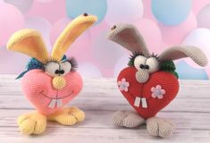 Bunny in Love – pattern free in English, French and Italian – Carmen Crochet - Amigurumi Crochet Baby Toys, Easter Crochet, Crochet Bunny, Crochet Crafts, Fabric Crafts, Crochet Projects, Free Crochet, Crochet Dolls Free Patterns, Amigurumi Patterns