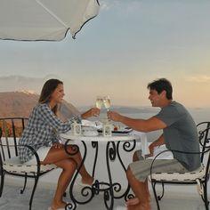 Retrato de uma lua de mel perfeita em 2011!   Em Santorini escolhemos um hotel que não poderia ter sido melhor: San Antonio Santorini. Incrustado no meio das montanhas ente Fira e Oia era o local ideal para os românticos de plantão. Fomos surpreendidos em vários momentos com mimos como esse jantar da foto na varanda do nosso quarto! Detalhe: um jantar dos deuses só nós dois e de pantufas!  by nosdoisnomundo