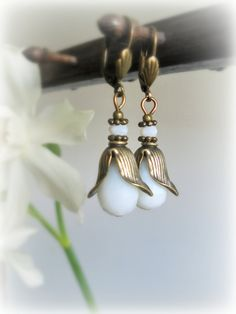 White poisies buds Romantic earrings Vintage style by GBILOBA, €8.50
