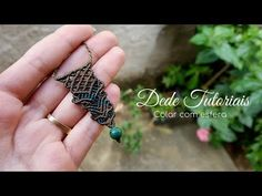 Dede Tutoriais | Como fazer colar diferentão #182 - YouTube Micro Macrame Tutorial, Macrame Jewelry Tutorial, Macrame Bracelets, Diy Jewelry, Jewelery, Macrame Projects, Crochet Basics, Knots, Pendants