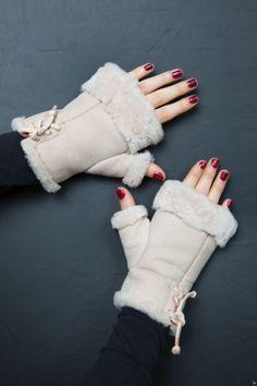 Mitaines en Mouton Retourné http://www.fourrure-privee.com/fr/vente-accessoires-fourrure/gants-sacs/mitaines-cuir-et-peau-de-mouton-255