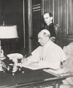 Mons. Montini al fianco di Pio XII durante gli anni di servizio prestati in Segreteria di stato