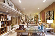 Espaço decorado por #quitetefaria para Mostra de Decoração da loja Design da Villa em Alphaville. Quadros, aparador, estante com nichos e objetos de decoração dão todo charme ao ambiente.