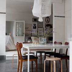 I like the mix of modern and vintage, and the playful touch of this home. The kitchen is a perfect meeting place with the big dining table and the living room is … Continue reading → Scandinavian Interior Design, Scandinavian Home, Interior Modern, Industrial Chic Kitchen, Boho Deco, Appartement Design, House Ideas, Tadelakt, Swedish House